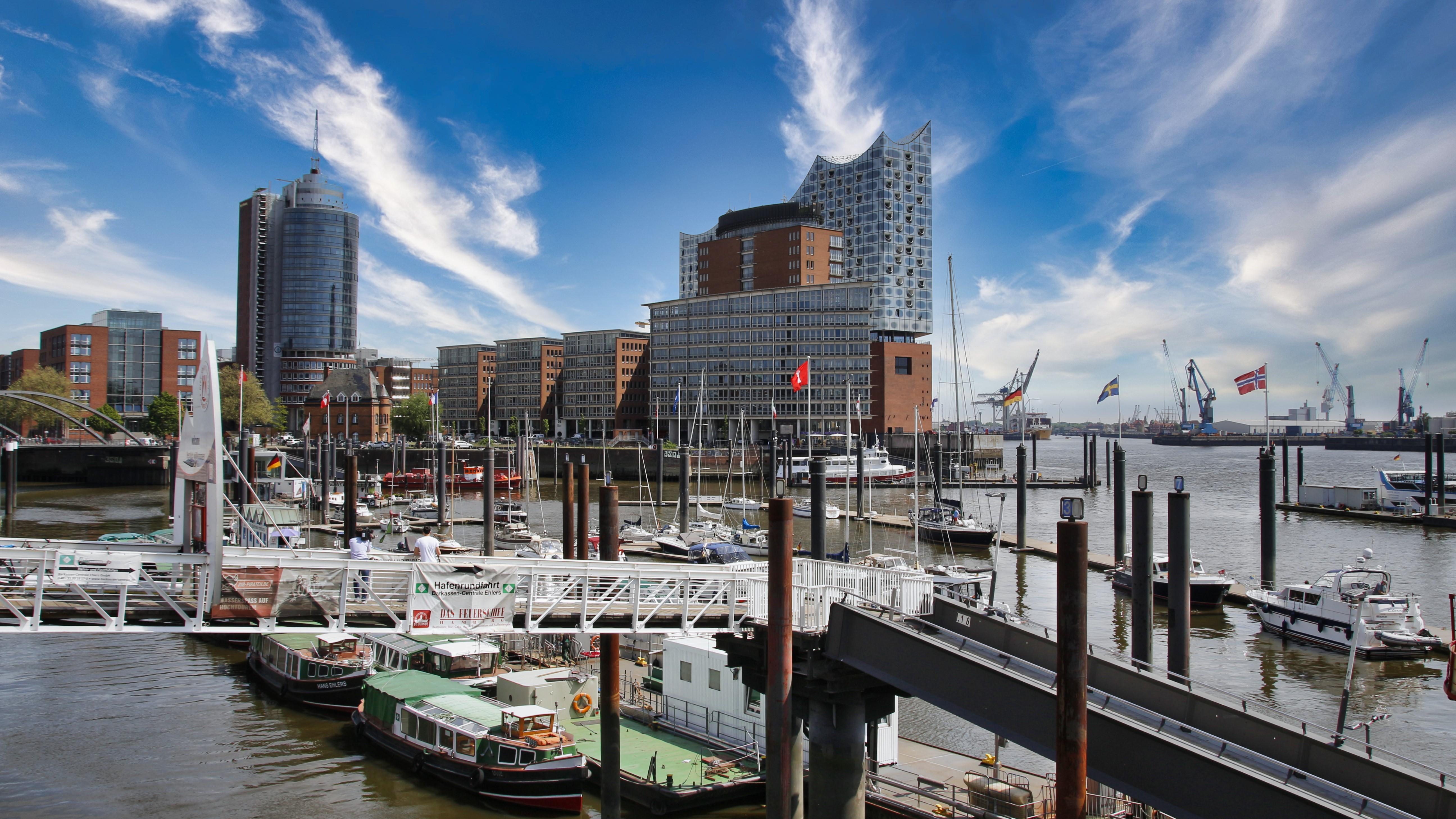 Hafen mit Elbphilharmonie